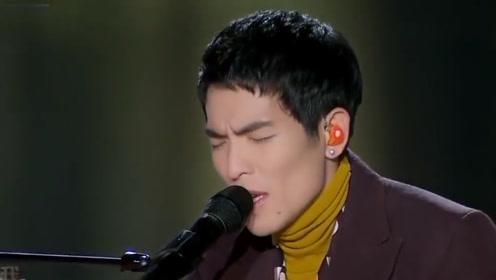 表情里都是深情!萧敬腾演唱《我的歌声里》,自弹自唱尽显实力!
