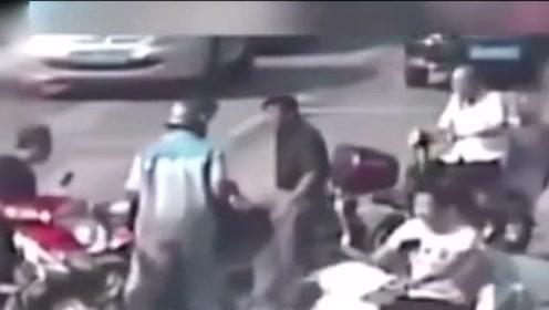 看的落泪!交警执勤过程中晕倒在马路,众人合伙抬起将其送医