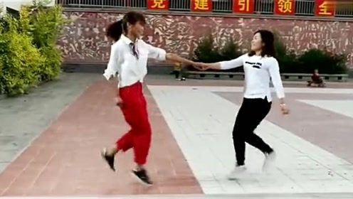 双人鬼步舞《又见山里红》新跳法,你觉得哪个妹子跳的更好?