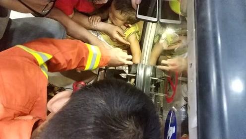 大人太粗心 娃娃的嫩手被电梯卡住了