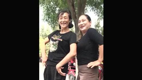 两位大妈的独特广场舞太搞笑,看着看着就乐了!