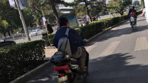窦唯骑着小电驴现身街头,戴着耳机依然醉心于音乐