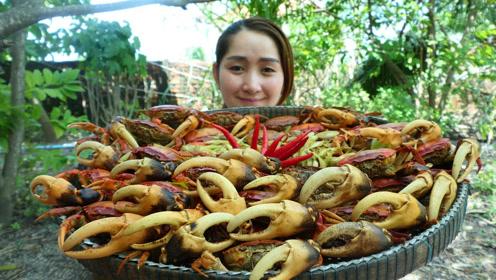 弄来一盆螃蟹,看看柬埔寨女子是怎么吃的