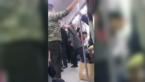 """大爷地铁上吸烟被小伙训斥 然后亮出""""独门绝技"""""""