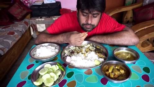 印度大叔直播吃饭,伙食丰盛又咖喱鱼,胃口大开,连吃两碗饭
