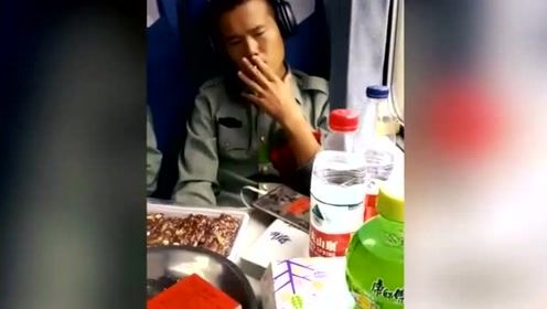 刚退伍的老兵,在火车上忍不住了