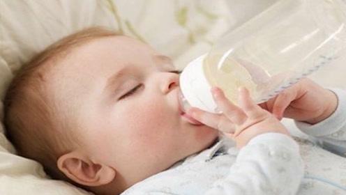 产妇给孩子喂奶,半小时后孩子中毒,到医院检查,母亲选择离婚