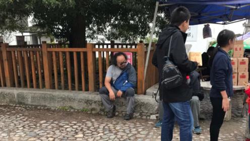 49岁窦唯现身古村落被偶遇,头发凌乱坐石阶让人不敢认