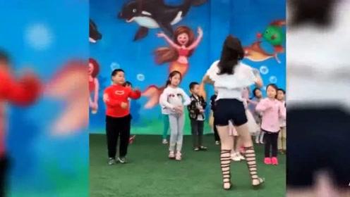 幼儿园老师教孩子跳舞 可我全程都在看老师!