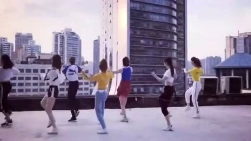 偶遇一群女孩在跳舞,看到后,完全就是心动的感觉!