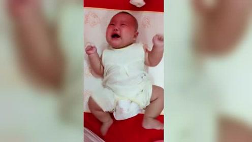 宝宝哭得声嘶力竭的,听到这哭声整个人心都在痛