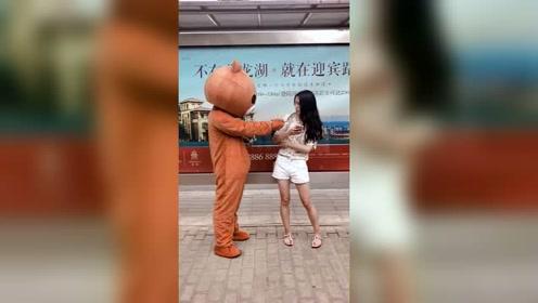 如果有熊给你发湿巾的话,一定要接着,说不定他是在保护你的钱包