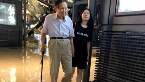 96岁杨振宁和太太翁帆逛街,甜蜜相伴,结婚14年,他们爱得很简单