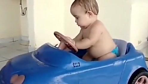 萌娃玩玩具小汽车,下一秒的事尴尬了,宝宝怎么这么蠢萌