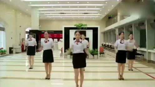 妹子们在银行大厅里跳起了《行长叫我来上班》,魔性满满