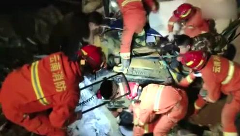 昭通消防正全力营救四川叙永县山体滑坡被困人员 成功救出两人
