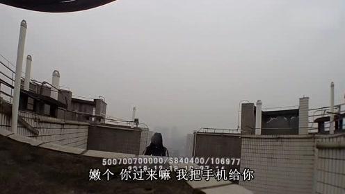 女孩爬上32楼楼顶欲轻生 民警晒女儿照片将其成功解救