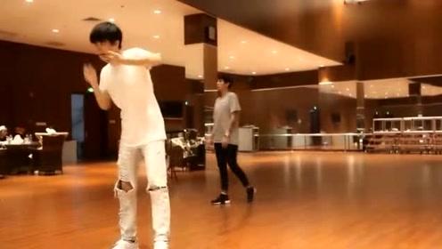 王俊凯与舞蹈老师练习室练舞,真的被帅到了
