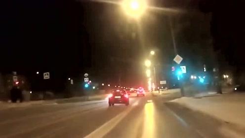 视线阻挡真难受,前方啥时候来个车都不知道,直接撞上!