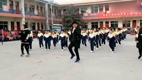 校长带领学校师生享受幸福教育,在大课间跳这种舞!网友:好校长
