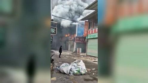 一建材市场发生火灾 八家商铺被烧