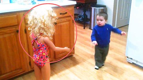 老爸带回家一个逼真的假娃娃,不料宝宝的反应,爸妈都笑惨了