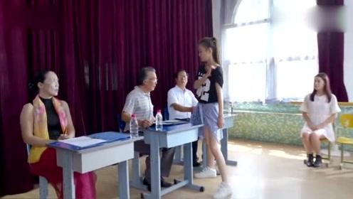 于莎莎参加表演考试,见到老师她竟然气的老师拍桌子!