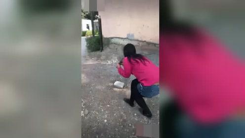 一女子用力的吹笛子,最后却被突然出现的男子,吓到了!