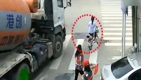 电动车女子正在通过路口,3秒后连逃命的机会都没有,悲剧