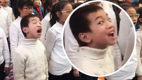 灵魂歌手!小朋友唱歌表情太用力,成为全场焦点!