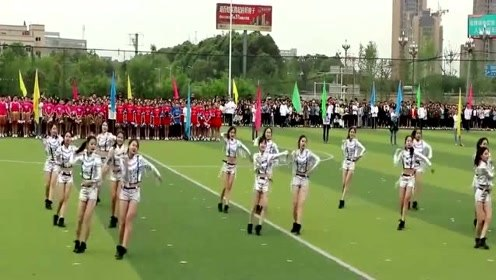 运动会上全班女生在操场热舞,性感舞蹈真的是操场上最靓的风景!