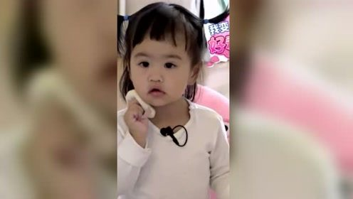 包贝尔紧牵女儿现身机场,饺子刘海戳中萌点!