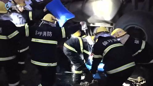 满载沙子的半挂车与摩托车相撞连云港消防员挖沙救出一女子