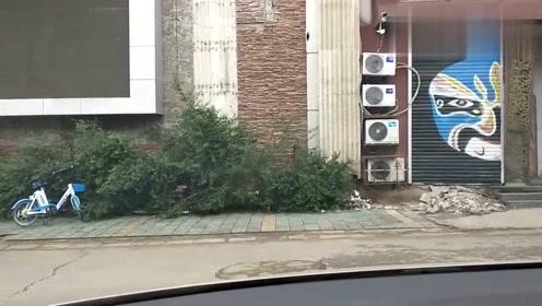 路边停车场窄库怎么出库才不会刮蹭到左右车的方法,简单实用!