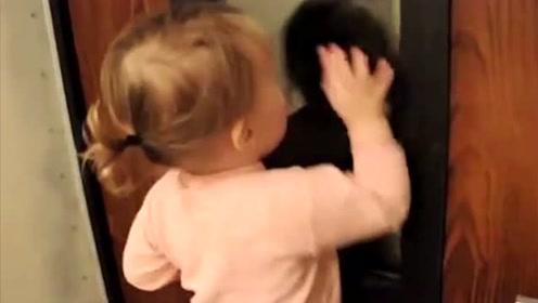 小宝宝踩在凳子上,眼巴巴地看着门外等爸爸下班回家,好暖心