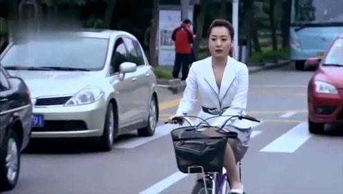 美女穿短裙还要骑自行车,一路上不停做小动作,旁边小伙看乐了!