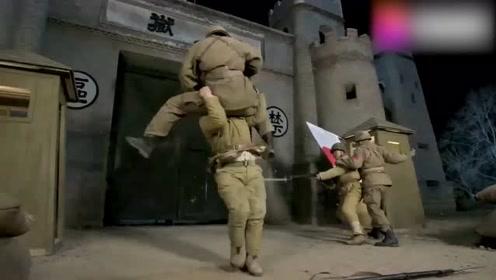 游击队赶到指定地点,发现并无鬼子重兵把守,队长:糟了,中计了