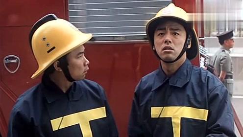 小区失火消防员去救人,本来救的是一名女子,最后抱了个牌位出来