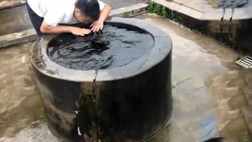 小伙发现农村井水异常,直接把水搅浑,结果会怎样?