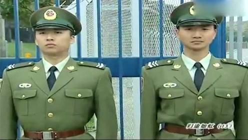 中国军人站岗遭外国人挑衅,下一秒军人的回应,够爷们够霸气!