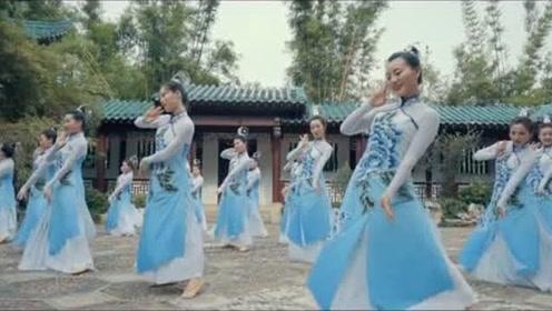 一身青衣摇曳生花,美美的群舞中国舞