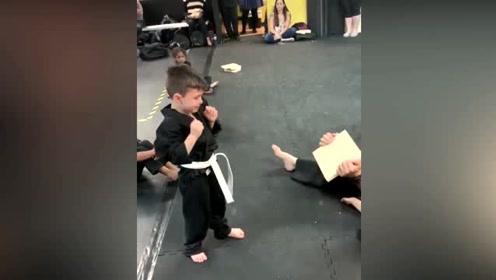 小男孩练拳受挫后哭鼻子 在小伙伴鼓励下屡败屡战最终成功