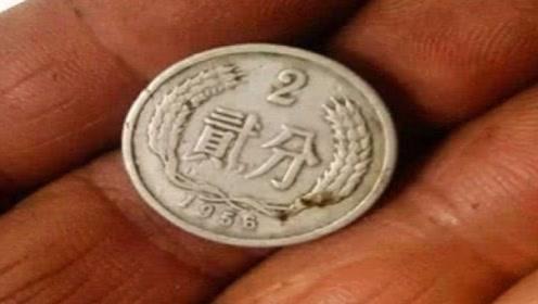 男孩路边捡到一枚硬币,回家后父亲一看,顿时脸色大变!