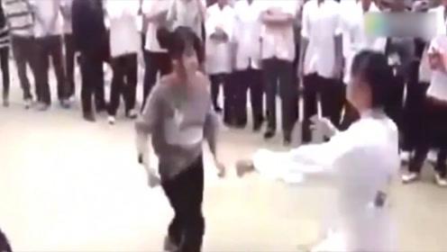 谁说武术不能实战?别眨眼,来看咏春功夫女孩街头对打!
