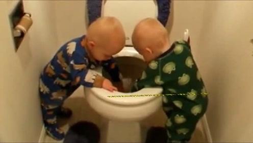 1岁双胞胎跑去厕所玩,半天没出来,下一秒妈妈看到这画面笑乐了