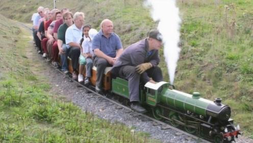 老大爷自制蒸汽小火车,造型炫酷设备齐全,竟然还能拉着众人跑!