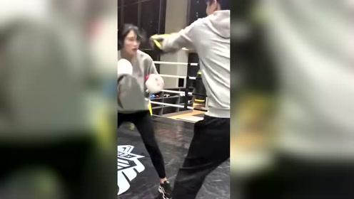 厉害了,拳击手妹子出拳速度好快
