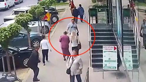 男子真缺德,大街上突然袭击陌生女性,过程令人发指