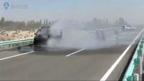 新疆一运钞车高速上自燃,押运员保护6个钱箱未受损伤
