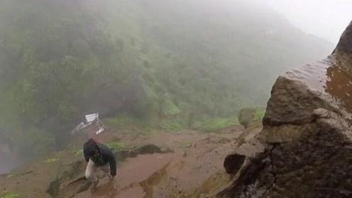 印度男子下雨天徒手攀登湿滑险峰,山路垂直吓人
